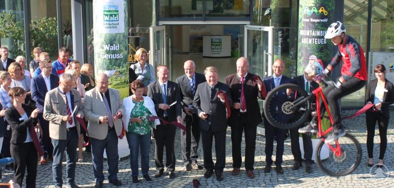 """Im September 2018 wurde der über LEADER geförderte, ca. 700 Kilometer lange Mountainbike-Trail """"Trans Bayerwald"""" eröffnet. Die beiden Endpunkte sind Furth im Wald im Nordwesten und Passau im Südosten. Sowohl die Nord- als auch die Südroute führen durch den Landkreis Freyung-Grafenau."""