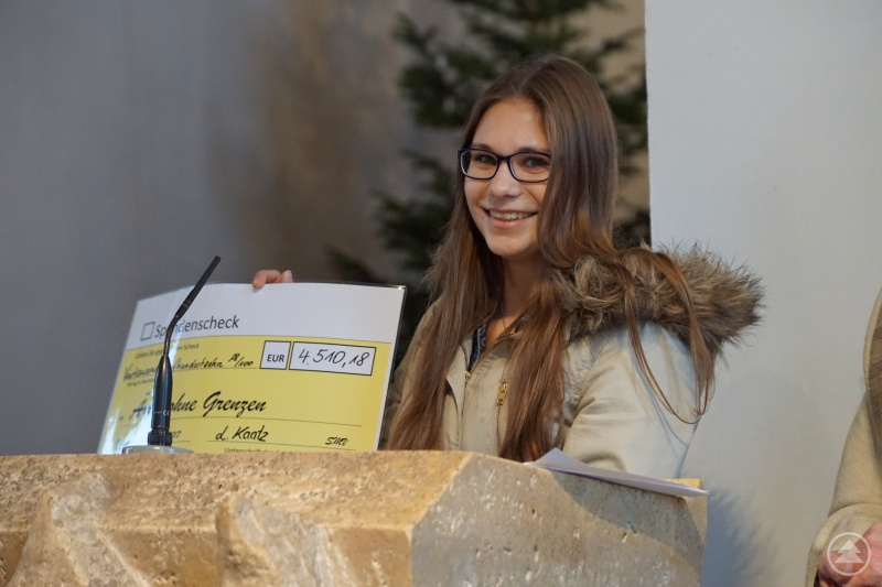 Schülersprecherin Laura Kaatz verkündet die Spendensumme