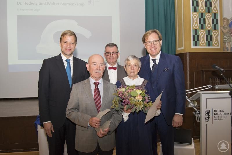 Der Ehren-Denkmalpreis wurde erstmals an das Ehepaar Dr. Hedwig und Walter Bramenkamp aus Landau an der Isar (Mitte) verliehen, überreicht von Bezirkstagspräsident Dr. Olaf Heinrich (hinten v.l.), Bezirksheimatpfleger Dr. Maximilian Seefelder und Bezirkstagsvizepräsident Dr. Thomas Pröckl.