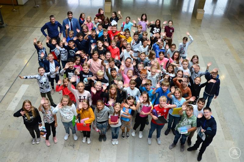 Gemeinsam mit dem Elternbeiratsvorsitzenden Tassilo Pichlmeier und Schulleiter Ferdinand Klingelhöfer freuten sich 88 Fünft-Klässler über einen gelungenen Start an der Realschule Grafenau.