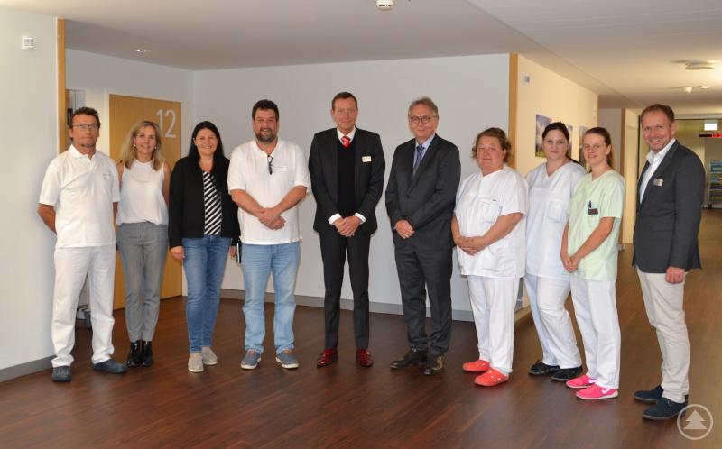 Marcus Plaschke, Geschäftsführer Kliniken Am Goldenen Steig (5ter von links) mit dem neuen Chefarzt Dr. Thomas Motzek-Noé ( 5ter von rechts) im Kreise der Kliniken-Mitarbeiter und mit Stellv. Pflegedirektor Rainer Stocker (rechts).