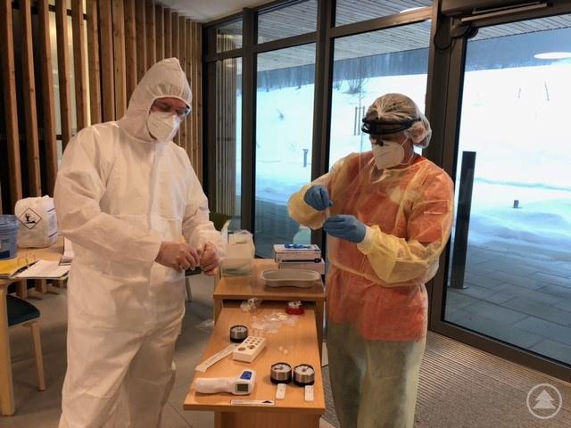 Mitarbeiter einer Senioreneinrichtung bei der Durchführung eines Antigen-Schnelltests.