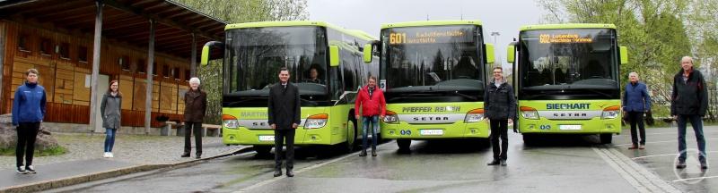 (v. l.) Teresa Schreib (Nationalparkverwaltung), Nathalie Obermüller (ÖPNV-Team Landratsamt), Martin Pfeffer (Busunternehmer), Landrat Sebastian Gruber, Alois Pfeffer (Busunternehmer), Karlheinz Roth (Bürgermeister Spiegelau), Berthold Sieghart (Busunternehmer) und Reinhard Wolf (ÖPNV-Team Landratsamt)