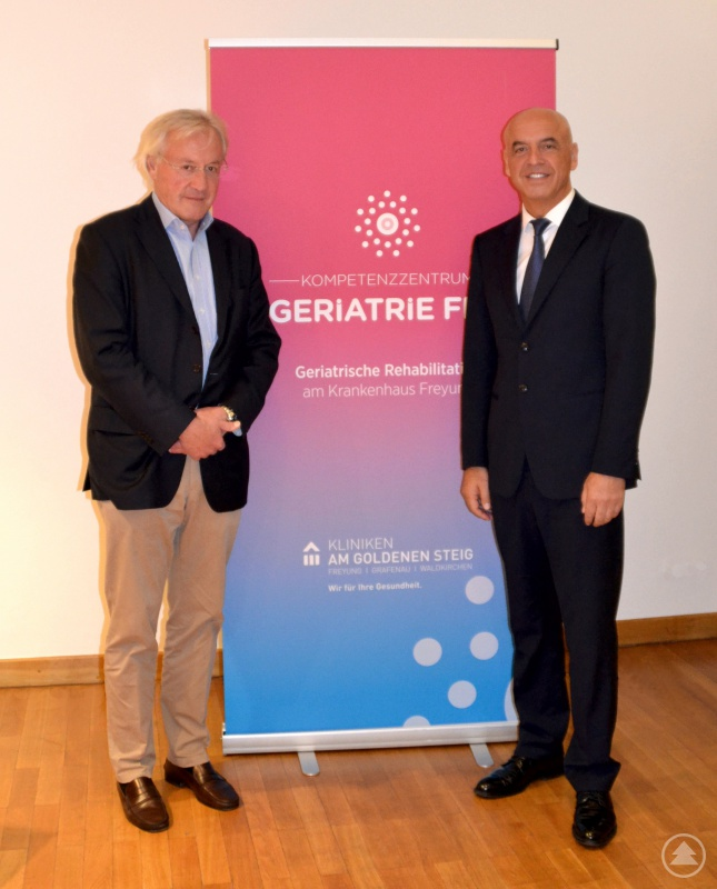 Von links: Prof. Dr. Rainald Seitelberger mit Chefarzt Dr. Friedlmeier am Vortragsabend GER-i-MED im Kurhaus Freyung.