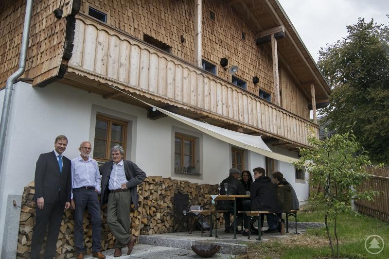 Begeistert von der gelungenen Instandsetzung war Bezirkstagspräsident Dr. Olaf Heinrich (v.l.), als er am Nachmittag zusammen mit Architekt Günter Naumann und Eigentümer Thomas Niggl das Schießl-Haus in Kollnburg besichtigte.
