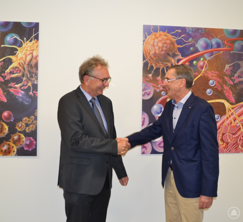 Mit einem kräftigen Händedruck begrüßte der Ärztliche Direktor Dr. Franz Schreiner seinen neuen Kollegen in den Reihen der Chefärzte bei den Kliniken Am Goldenen Steig.