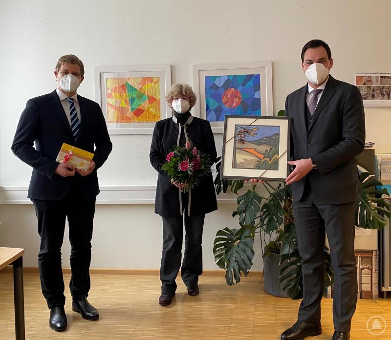 Landrat Sebastian Gruber (rechts) und Bürgermeister Dr. Olaf Heinrich bedanken sich bei Barbara Zethner für acht erfolgreiche Jahre an der Spitze des Gymnasiums Freyung.