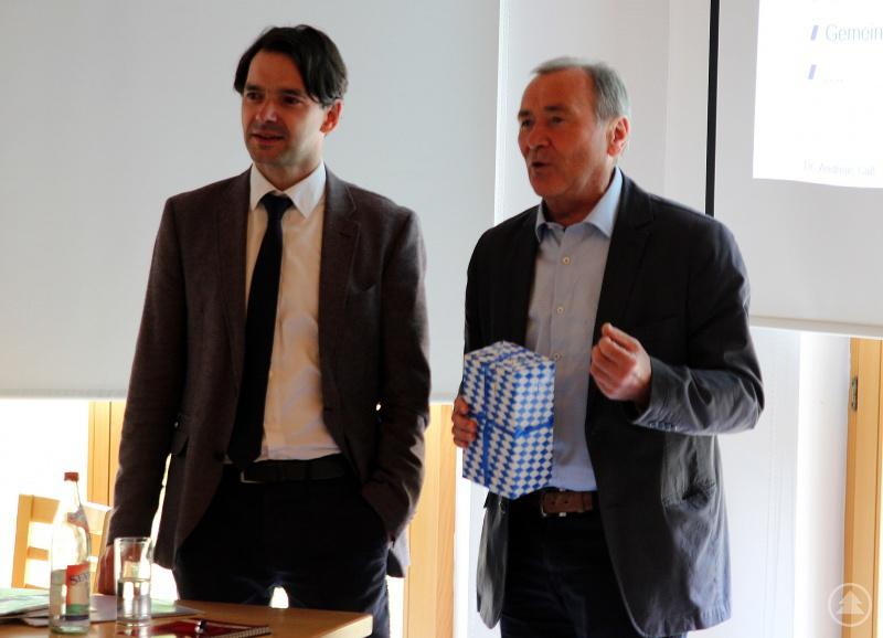 Referent Dr. Andreas Gaß (li.) und Bürgermeister Hermann Brandl. Brandl bedankte sich mit einem Geschenk für seinen Vortrag.