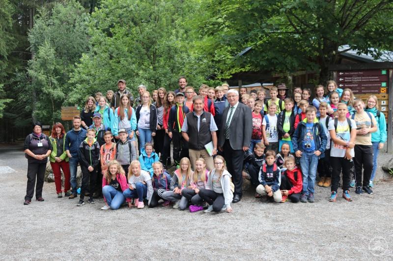 Ein Geschenk zur Erinnerung an die sehr gute Zusammenarbeit zwischen Nationalpark Bayerischer Wald und Realschule Grafenau überreichte Dr. Franz Leibl (Mitte) an Rektor Günther Schwarzbauer.