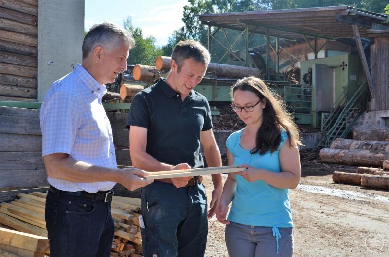 MdL Prof. Dr. Gerhard Waschler bei seinem Besuch im Sägewerk Holz Resch in Neureichenau – hier mit Geschäftsführer Baptist Resch und der CSU-Ortsvorsitzenden Kristina Urmann.