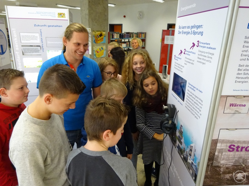 Betreuer der Ausstellung von Seiten der Schule Lehrer Benjamin Greiner mit der Klasse 7b, die als erstes die Ausstellung inspizieren durften.