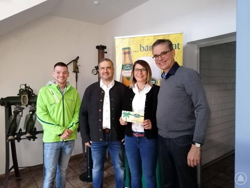 v.l.: Erich Rosenberger (Bezirksleiter WAIDLER.COM), Hans Peter Melch, Sandra Melch (Gewinnerin), Hans-Ulrich Wiedemann (Geschäftsführer Bucher Bräu)