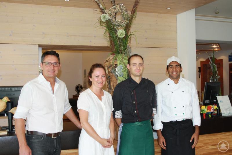 Der pakistanische Kochazubi zusammen mit Maria und Christian Geiger sowie dem ehemaligen Küchenchef/Ausbilder Martin Kriechbaum.