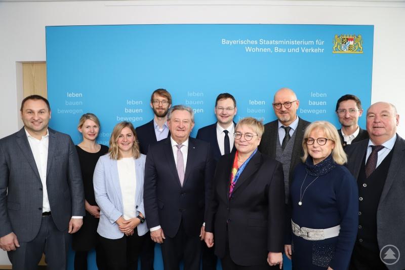 Initiator Manfred Eibl (4. v. re.) und Verkehrsminister Dr. Hans Reichhart (6. v. re.) im Kreise der Vertreter der beteiligten Kommunen und Fraunhofer-Institute.