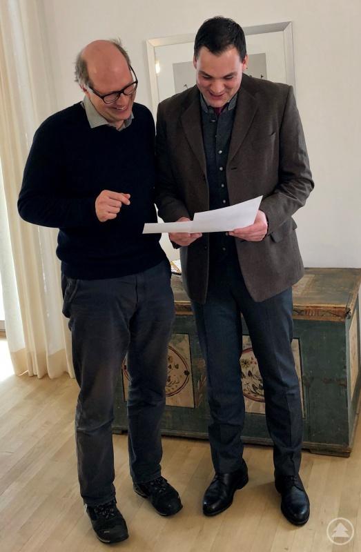 """Landrat Sebastian Gruber (re.) und Dr. Stefan Schaffner (li.) vom AELF besprechen den aktuellen Stand bei der Abwicklung der Schäden durch Sturm """"Kolle""""."""