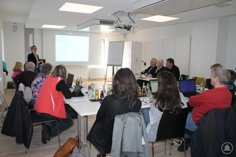 Viel Technik war im Einsatz, um die Funktionsweise sozialer Netzwerke zu erklären. Katja Bröckl-Bergner zeigte an konkreten Beispielen Chancen und Risiken auf.