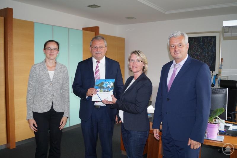 Landrat Josef Laumer überreicht Kriminalrätin Ingrid Grötzinger das Landkreisbuch. Mit im Bild Oberregierungsrätin Stephanie Aumer (ganz links) und Kriminaldirektor Werner Sika (ganz rechts).