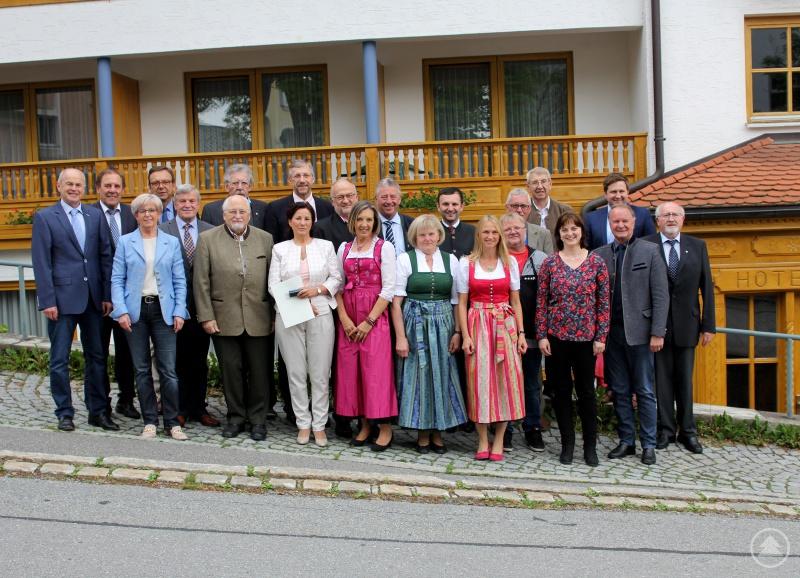 Die Geehrten mit Landrätin Rita Röhrl, den stellvertretenden Landräten Willi Killinger und Erich Muhr, den Bürgermeistern sowie Maria Dannerbauer (Landratsamt Regen).