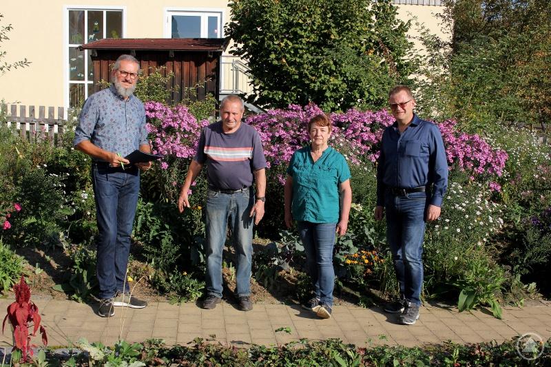 Bei der Zertifizierung in Frauenau v.li.: Klaus Eder, Dr. Manfred Marx, Frauenaus Gartenbauvereinsvorsitzende Veronika Kerschbaum und zweiter Bürgermeister Fritz Schreder.