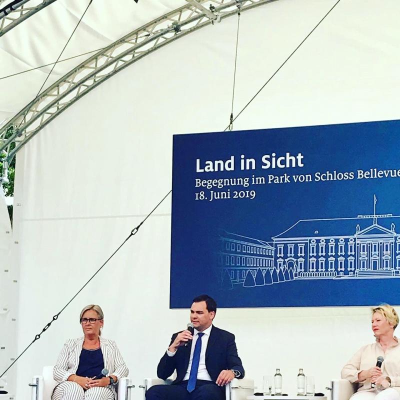 Zusammen mit drei weiteren Teilnehmern bestritt Landrat Gruber im Rahmen des Festes eine Diskussion zum Thema ländliche Entwicklung. Er betonte dabei, wie wichtig es sei, dass die große Politik in Berlin und München auch immer wieder den Blick in den ländlichen Raum wirft.