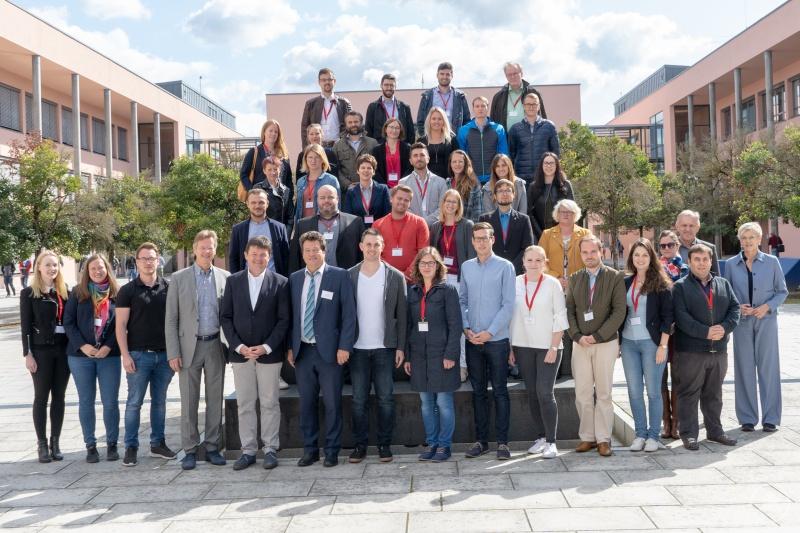 Die Erstsemester gemeinsam mit Wolfgang Stern, Leiter des Zentrums für Akademische Weiterbildung sowie den Studiengangsleitern.