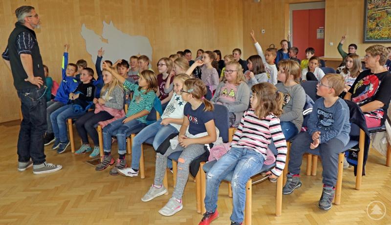 """Den Film """"Wilde Nächte"""" hatte sich die Grundschule Neuschönau ausgesucht. Schon bevor es losging, konnten die Schüler Christian Binder, dem Leiter des Hans-Eisenmann-Hauses, jede Menge über nachtaktive Tiere erzählen."""