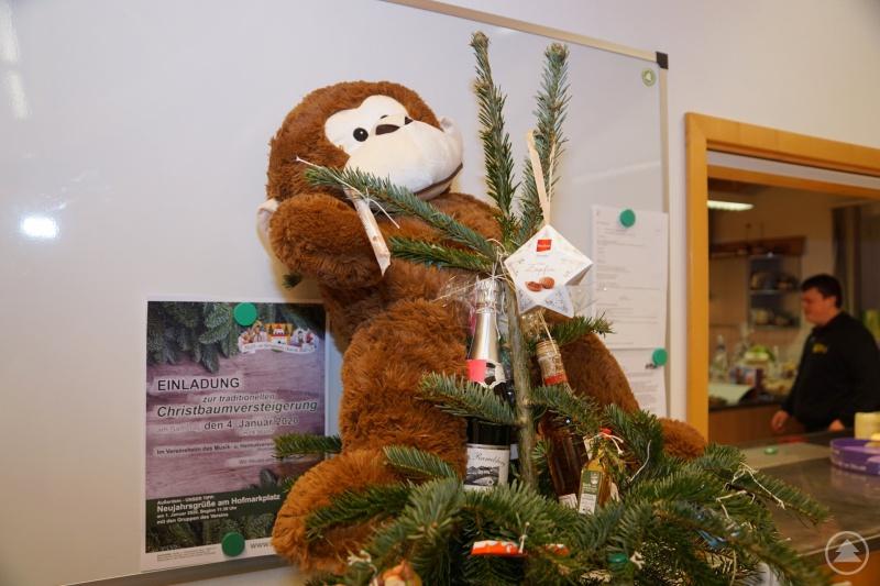Einer der vielen Christbäume - geschmückt mit verschiedenen Leckereien und einem niedlichen Plüschtier.