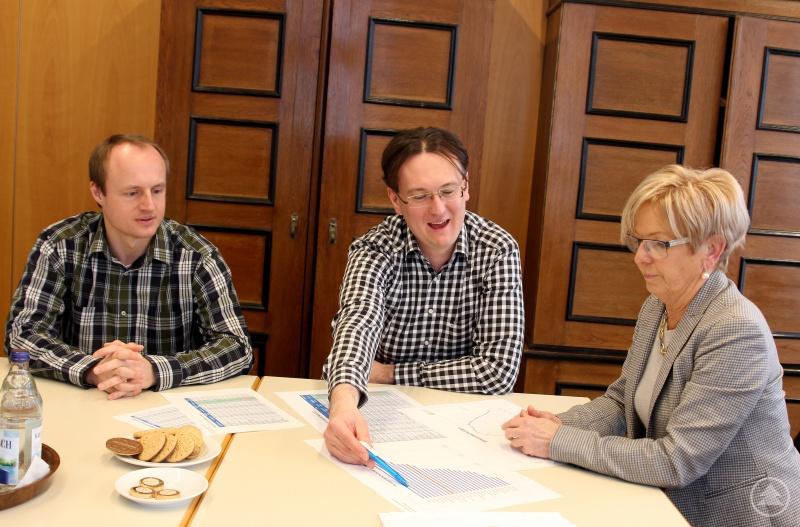 Die Staatlichen Rechnungsprüfer (v.li.) Michael Reiter und Roland Wölfl im Gespräch mit Landrätin Rita Röhrl.