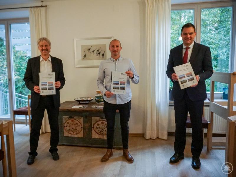Stolz präsentiert Landrat Sebastian Gruber (rechts) zusammen mit Regierungsdirektor Heinrich Höcherl (links) und Andreas Dötter von der Geschäftsstelle Gutachterausschuss am Landratsamt den dritten Immobilienmarktbericht des Landkreises Freyung-Grafenau.