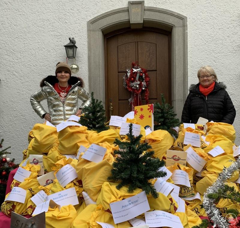 """Claudia Gugger-Bessinger (li.), die Initiatorin der """"Passauer Runde"""", und Ute Senff, die Leiterin der Tafel Passau, haben alle Hände voll zu tun. 150 Taschen mit Lebensmittel im Wert von 10.000 Euro gehen zu Weihnachten bedürftigen Personen zu."""