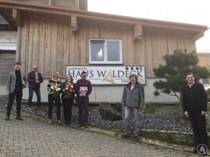Von rechts: Landrat Sebastian Gruber, Bürgermeister Helmut Knaus, Tourismusreferent Bernhard Hain und Wirtschaftsreferent Johannes Gastinger gratulierten der Familie Koch (Mitte). Hinweis: Der Besuch fand im Herbst 2020 statt!