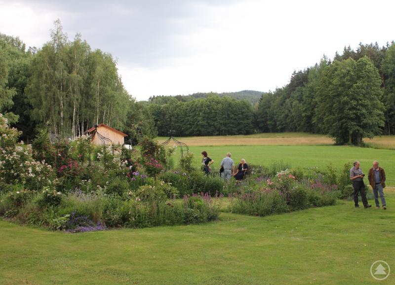 Ingrid Hackl (sitzend im Bild) hat sich ein Paradies am Waldrand geschaffen.