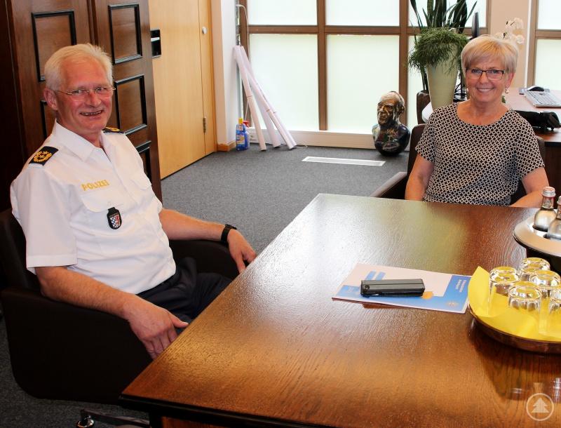 Der neue Polizeipräsident Herbert Wenzl und Landrätin Rita Röhrl im Dialog.