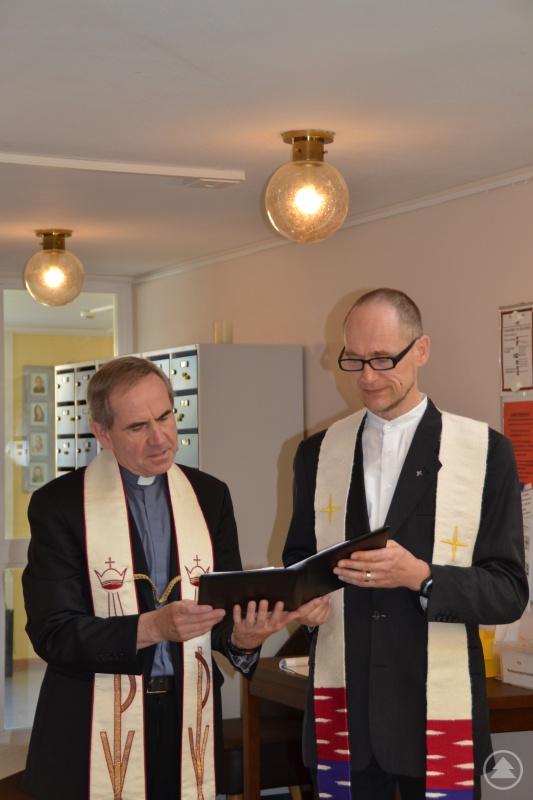 Der katholische Stadtpfarrer Magnus König und Thomas Weinmair, evang.-luth. Kirchengemeinde spenden gemeinsam den kirchlichen Segen.