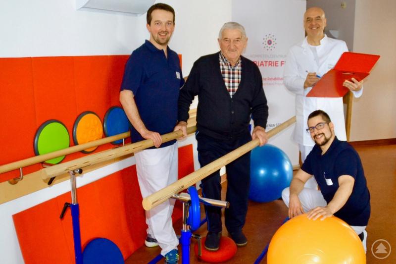 Hell und freundlich präsentieren sich die neuen Räumlichkeiten. Auf dem Foto von links David Islinger (Physiotherapeut), Patient Herr Stoiber, Chefarzt Dr. Roland Friedlmeier und kniend Ferdinand Schneider (Physiotherapeut).