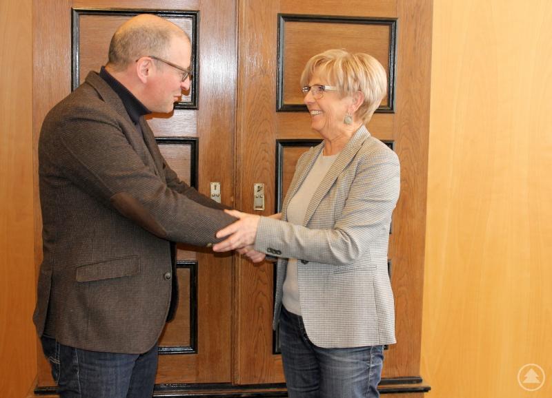 Landrätin Rita Röhrl und Euregio-Geschäftsführer Kaspar Sammer bei der Begrüßung im Landratsamt.