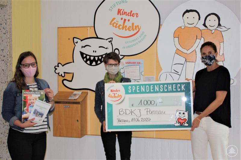 (v.l.) Antonia Kölbl und Johanna Haselböck vom BDKJ Passau übergeben den Spendenscheck an Dr. Maria Diekmann, die Vorsitzende des Stiftungsvorstands.