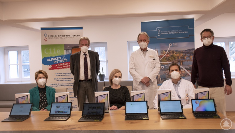 Krankenhausdirektor Gerhard Schneider, Bezirksklinikum Mainkofen und Schatzmeister Friedrich Schuster vom Förderverein übergeben die Tablets an die einzelnen Klinikvertreter.
