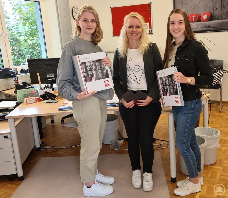 Personalchefin Korinna Rötzer (Mitte) begrüßt die beiden neuen Auszubildenden Stefanie Gruber (li.) und Katrin Lang (re.) beim Kreis-Caritasverband Freyung-Grafenau e.V.
