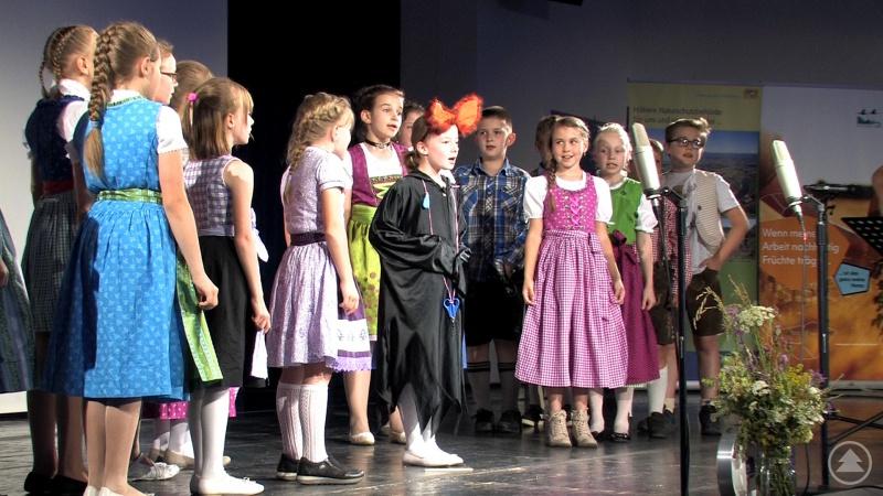 Die Schulkinder aus Bodenmais traten beim Niederbayerischen Naturschutztag mit einem Fledermauslied auf und bekamen viel Applaus.