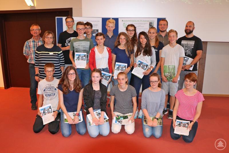 Nach der spannenden Ergebnispräsentation im Hans-Eisenmann-Haus stellten sich die Schüler mit ihren Betreuern zum Erinnerungsfoto auf.