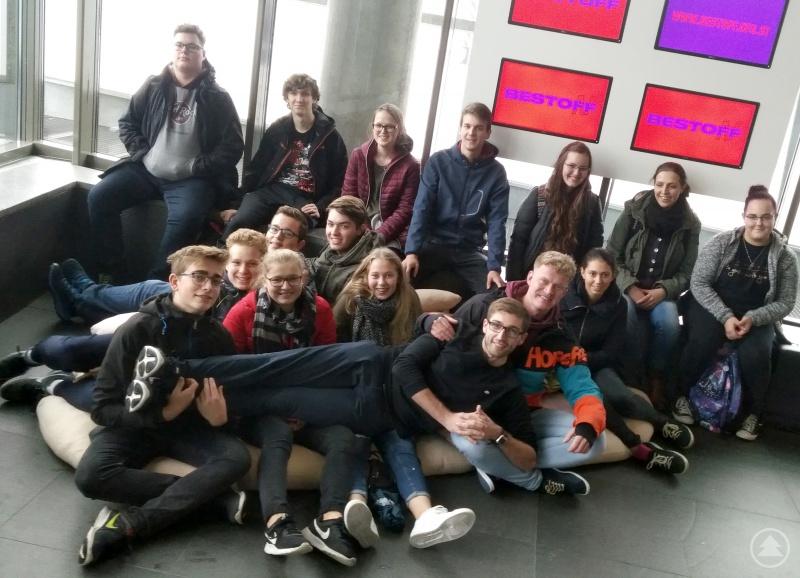 Im Foyer des Ars Electronica Centers in Linz platzierten sich die ehrenamtlichen Betreuer der Kommunalen Jugendarbeit und des Kreisjugendrings für ein Foto.