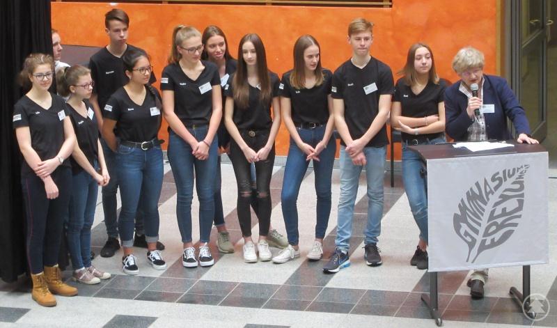 Schulleiterin Barbara Zethner (rechts) stellte nach der Begrüßung die Tutoren vor, die die Viertklässler bei der Rallye betreuten und ihnen nach dem Übertritt ans Gymnasium zur Seite stehen werden.