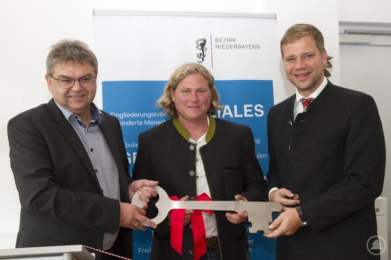 Architekt Werner Pauli (li) übergibt Bezirkstagspräsident Dr. Olaf Heinrich (re) und Betriebsleiter Florian Baierl den Schlüssel für das neue Schulungs- und Besucherzentrum
