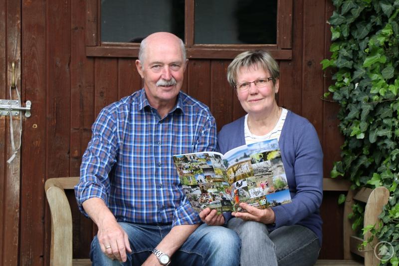 Roswitha und Karl Windorfer blättern im Magazin zum 50. Nationalpark-Jubiläum.