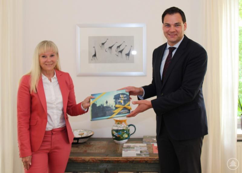 In seinem Büro begrüßte Landrat Sebastian Gruber die designierte Schulleiterin des Staatlichen Beruflichen Schulzentrum Waldkirchen Elvira Wudy. Sie wird ab August die Leitung der Berufsschule übernehmen.