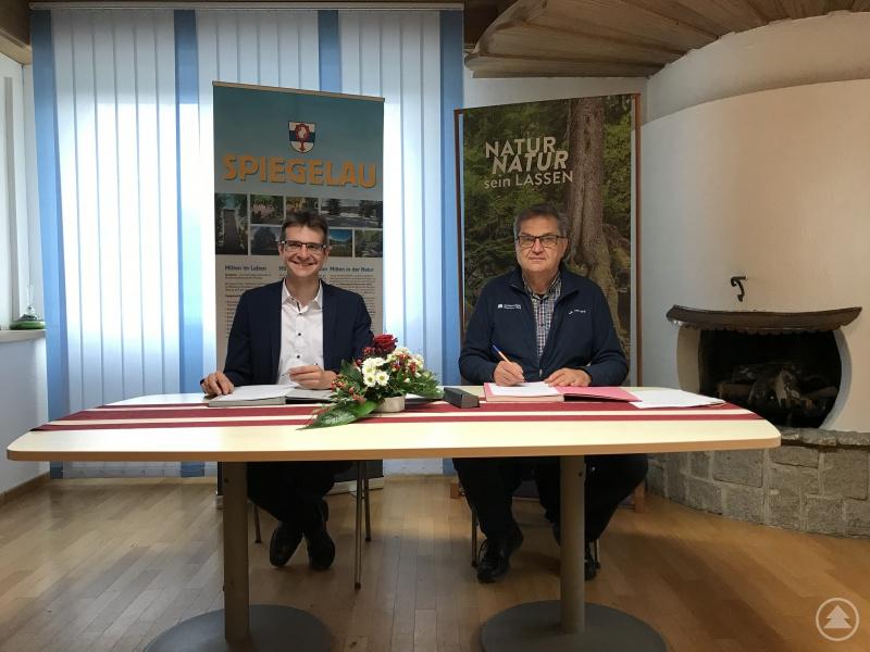 Unterzeichneten den Vertrag für die Sanierung der Schwarzachstraße: Bürgermeister Karlheinz Roth (l.) und Nationalparkleiter Dr. Franz Leibl.