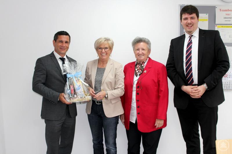 Landrätin Röhrl (2.v.li.) bei der Übergabe des Geschenkes an Peter Weindl (li.), neben ihnen stehen die Jobcenterleiterin Marianne Loibl und Jan Vollmer (Mitglied der Geschäftsführung der Agentur für Arbeit Deggendorf).