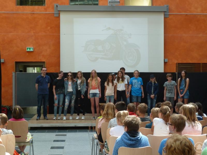 Nach der erfolgreichen Vorstellung freuten sich die Mitwirkenden und der Leiter der Theatergruppe am Gymnasium Freyung, StR Markus Michel (links), über den Applaus der Zuschauer.