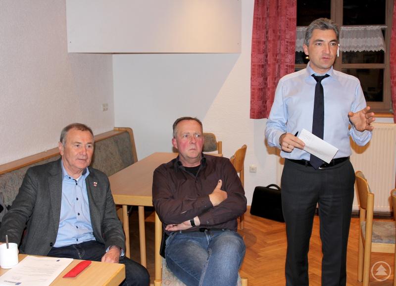 (v.li.) Hermann Brandl, der Vorsitzende des Bayerischen Gemeindetages, Kreisbrandrat Hermann Keilhofer und Jurist Dr. Ronny Raith.